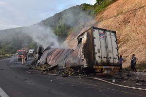 Xe container bốc cháy sau cú đâm xe tải, 3 ngưởi tử vong trong cabin