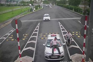 Tài xế taxi tông nhân viên sân bay
