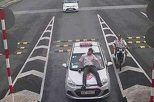 Lái taxi tông thẳng nhân viên an ninh sân bay Nội Bài rồi bỏ chạy