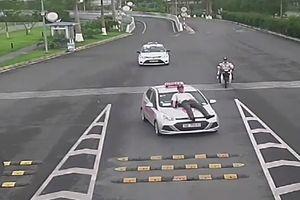 Nhân viên bảo vệ sân bay Nội Bài bị tài xế tông lên nắp capo
