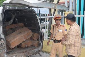 CSGT liên tiếp bắt giữ 2 xe chở gỗ quý trái phép trên quốc lộ 1A