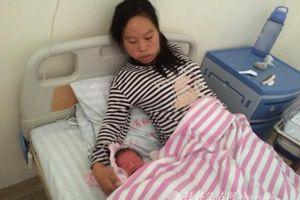 Mẹ chồng tự đỡ đẻ cho con dâu không ngờ suýt mất cả con lẫn cháu