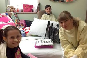 Taylor Swift gây xúc động khi bất ngờ đến thăm fan bị bỏng nặng