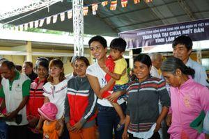 Hoa hậu H'Hen Niê trao quà từ thiện cho bà con dân tộc thiểu số tại Lâm Đồng