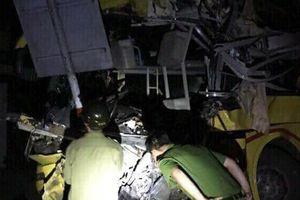 Hà Tĩnh: Xe container đâm xe khách, 2 người chết, 4 người nước ngoài bị thương