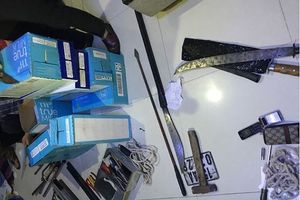 Thu mìn và hàng chục dao kiếm trong nhà tên trộm
