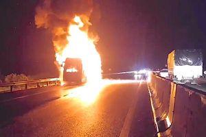 Hé lộ nguyên nhân xe khách bốc cháy trên cao tốc