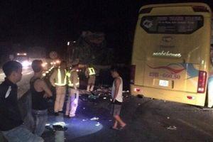 Xe giường nằm tông vào container, 14 người thương vong