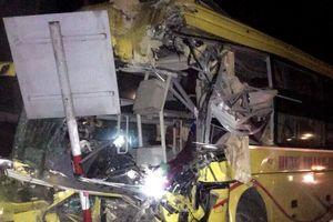 Ôtô khách húc xe đầu kéo, 2 người chết, 12 nạn nhân bị thương