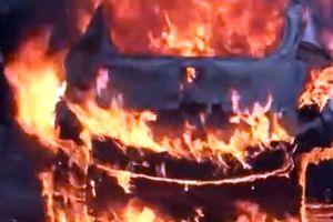 Clip: Ô tô phát nổ rồi bốc cháy ngùn ngụt ở khách sạn