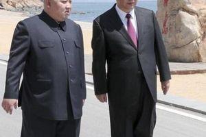Kim Jong-un bất ngờ xuất hiện ở TQ, đi dạo bờ biển với Tập Cận Bình