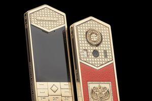 Cận cảnh chiếc điện thoại mạ vàng giá 700 triệu kỷ niệm Lễ nhậm chức của ông Putin