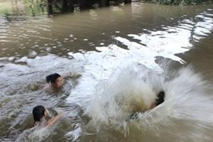 Trời nắng nóng, hai bé trai đi tắm ao dẫn đến đuối nước thương tâm