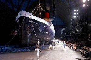 Chanel mang cả con tàu du lịch khổng lồ lên sàn diễn thời trang Cruise 2019