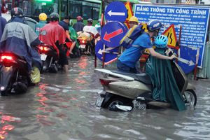 Người Sài Gòn lội nước khi đường thành sông sau trận mưa cực to chiều nay