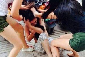 Hai người lột quần áo, đánh đập 'tình địch' bị tạm giữ