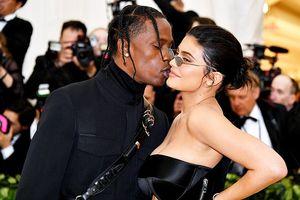 Kylie Jenner diện đầm ôm sát, sánh bước bên bạn trai ở Met Gala 2018