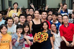 Á hậu Hoàng Thùy đối thoại với sinh viên về bản lĩnh khi vươn tới thành công