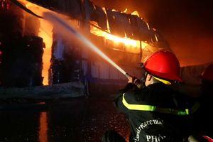 Hơn 200 cảnh sát dập đám cháy lớn ở KCN Vĩnh Lộc