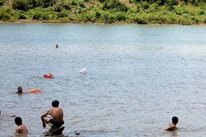 Cứu bạn rơi xuống hồ, 4 học sinh đuối nước tử vong