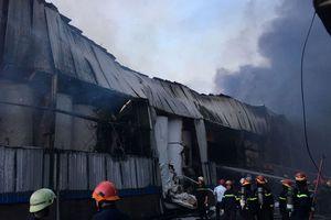 Kinh hãi lửa ngùn ngụt tại kho chứa 3.000 tấn giấy ở Sài Gòn