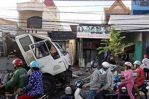 Xe bồn chở xăng tông sập hai căn nhà ở Vũng Tàu