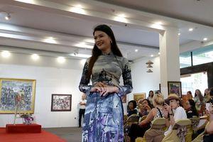 Tà áo dài Việt và tranh họa sỹ Văn Dương Thành