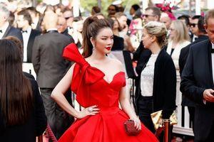 Trái với tin đồn bị cấm xuất cảnh, Lý Nhã Kỳ xuất hiện lộng lẫy tại thảm đỏ khai mạc LHP Cannes