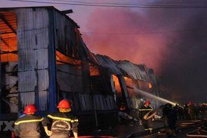 TP. HCM: Cháy lớn trong Khu công nghiệp Vĩnh Lộc, hàng trăm cảnh sát dập lửa