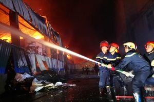 Cháy lớn tại 2 kho giấy ở khu công nghiệp Vĩnh Lộc