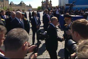 Hành động của ông Putin sau lễ duyệt binh khiến nhiều người xúc động