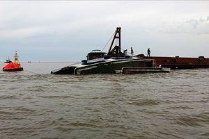Gió lốc đánh chìm một tàu nạo vét, chở bùn thải
