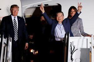 Ông Trump đích thân đón 3 tù nhân được Triều Tiên phóng thích