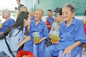 Nguyên Vũ, Trịnh Kim Chi làm các cụ già rơi nước mắt