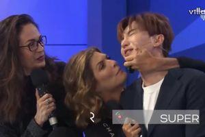 Sốc: 2 thành viên của Super Junior bất ngờ bị cưỡng hôn ngay trên sóng truyền hình