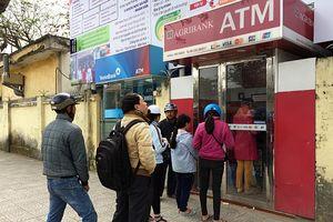 Ngân hàng ồ ạt tăng phí dịch vụ: Khách hàng 'chóng mặt'