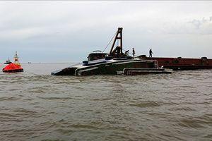 Tàu nạo vét đổ bùn thải bị giông đánh chìm trên biển
