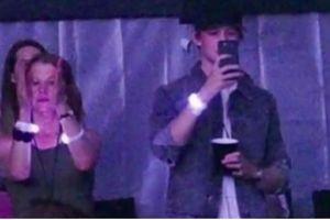 Bạn trai kém tuổi âm thầm xuất hiện tại show diễn của Taylor Swift
