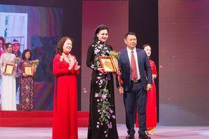 Nữ Hoàng Trần Huyền Nhung lộng lẫy nhận cúp vàng trong lễ vinh danh doanh nhân nhân ái