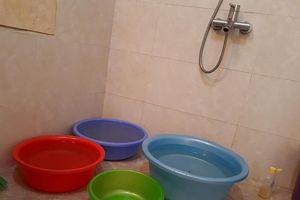Đầu hè, dân chung cư cao cấp khổ sở nhịn tắm, mua xô chậu tích nước