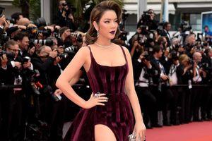 Lý Nhã Kỳ tô son tím, mặc xẻ bạo trên thảm đỏ Cannes