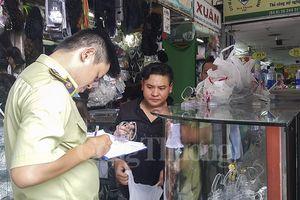 TP. Hồ Chí Minh: 'Truy quét' hàng giả tại chợ Bến Thành