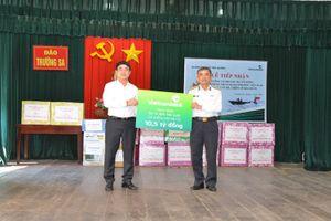 Vietcombank trao tặng 3 xuồng CQ trị giá 10,5 tỷ đồng cán bộ chiến sỹ Trường Sa