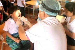 Vượt hơn 600km, bác sĩ đến tận điểm trường khám răng cho HS nghèo
