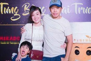 Thái Hòa diện trang phục giản dị cùng vợ con đến chúc mừng bạn thân