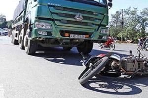 Xe ben tông xe máy, 2 người thương vong