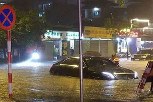 Hà Nội mưa xối xả, đường phố ngập úng khắp nơi