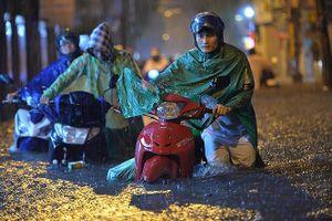 Hàng chục tuyến phố Hà Nội ngập nặng, giao thông tê liệt sau mưa