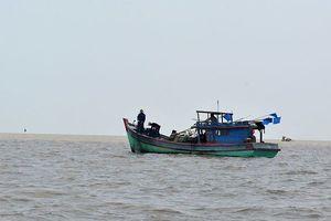 Đột kích thuyền cá trên biển để bắt nghi can giết người