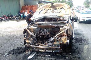 Ô tô bốc cháy, cha ôm con trai 8 tuổi chạy thoát thân